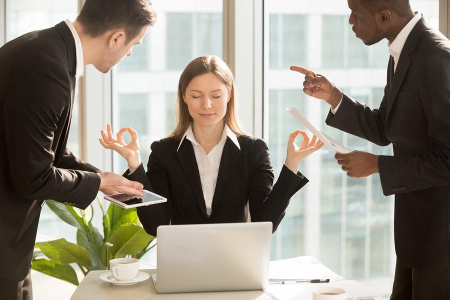 žena posílená proti stresu od kolegů z práce