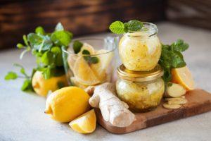 citron, kořen zázvoru a naložený zázvor s meduňkou
