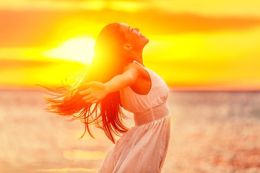 šťastná žena cítí příval jarní energie