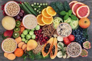 stůl plný nejrůznějších druhů ovoce a zeleniny