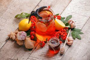 karafa s čajem a přírodní pomocníci na imunitu